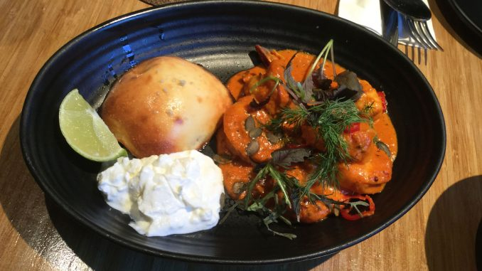 שרימפס טנדורי טובים מאוד עם יוגורט באפלו, ירוקת הסלע, עגבניות, חמאה חומה