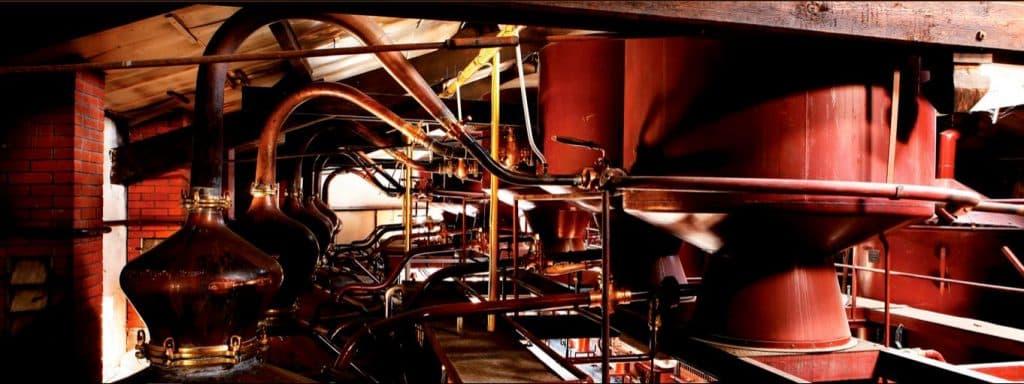 הקוניאק מזוקק פעמיים בדוד נחושת (אלמביק), מיושן בחביות אטומות מעץ אלון, ומוחזק במרתפים