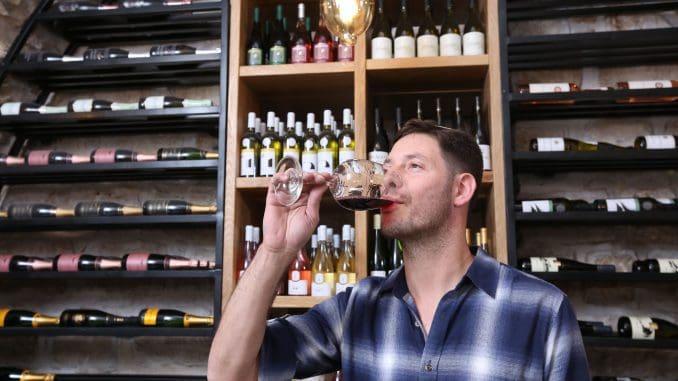 אליעזר וייסברג עסק בתחום היין כתחביב עוד בצעירותו, ובאופן טבעי לאחר שהשתחרר מהצבא פנה לתחום היין והאלכוהול