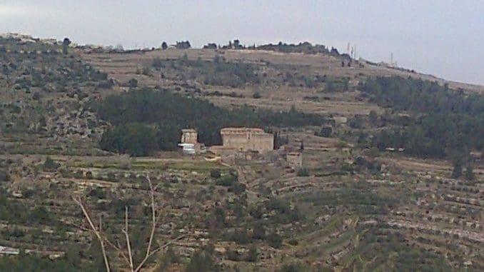 כרמיזאן - יקב קתולי מהגדה המערבית, שחלקו נמצא במדינת ישראל, הטעים יין לבן מזן דבוקי שעורר סקרנות. צילום מוויקיפדיה