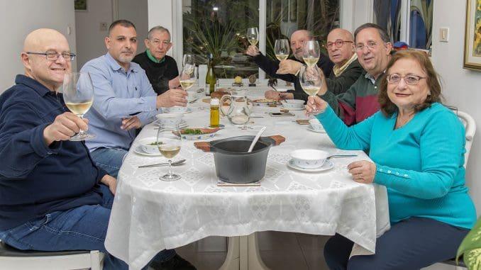 מציינים את הקמת תא עיתונאי היין: מימין לשמאל אופירה בירון המארחת, ישראל פרקר, יונתן לבני, מיכאל (מימי) בן יוסף, רן בירון, אלון גונן, רני רוגל. צילום איל גוטמן