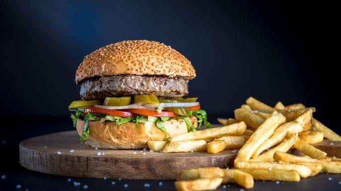 ההמבורגרים עשויים100% בשר בקר טרי שמגיע מהחווה בלב עמק יזרעאל. צילום ישראל אלפסה