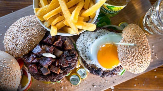 המבורגרים מגיעים לשולחן בתוך לחמניות שאותן אופים במקום עם תוספות כמו אסאדו שווה מבשרי החווה, ביצת עין ועוד. צילום ישראל אלפסה