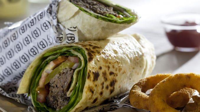 בבורגרס בר יש מבחר של כריכים וראפים עם חזה עוף, שניצל קריספי, סטייק, או פורטובלו