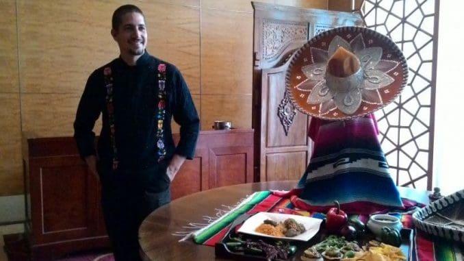 שף רומרו מפיץ את בשורת הקולינריה המקסיקנית ברחבי העולם. הוא השתתף במספר סדרות טלויזיה בנושא קולינריה וכתב מספר ספרים על האוכל היוקטני המסורתי של מקסיקו