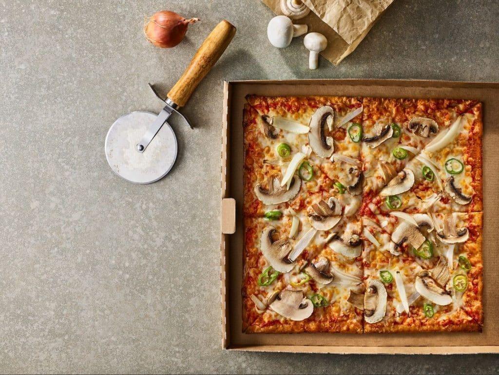 הפיצה עשויה מבצק מיוחד הכולל בין היתר עמילן טפיוקה, עמילן תירס וקמח סויה. צילום דן פרץ