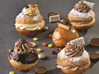 מצפים בשוקולד או בקרם הבוטנים המומס ומקשטים במגוון תוספות שאוהבים