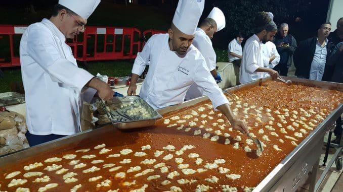 על הכנת השקשוקה עבדו שישה שפים של החברה בראשות המנהל הקולינרי השף צ'רלי פדידה. צילום אייל פרידמן