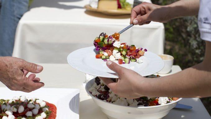 כדאי לחפש חברת קייטרינג המציעה אוכל מותאם להגשה במזנון, כגון מגשי אירוח, פינגר פוד, מתאבנים ועוד