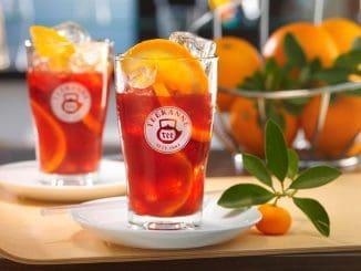 מוציאים את שקיקי התה ומוסיפים את הגרנדין, אבקת הסוכר ומיץ הלימון