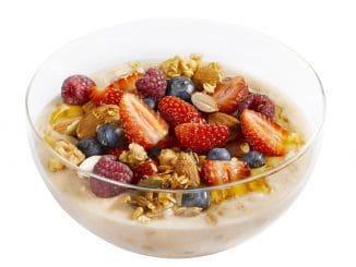 hot bowl berries - מעדן שיבולת שועל חם, פטל, אוכמניות, קוקוס קלוי, שקדים, גרנולת הבית. צילום רונן מנגן