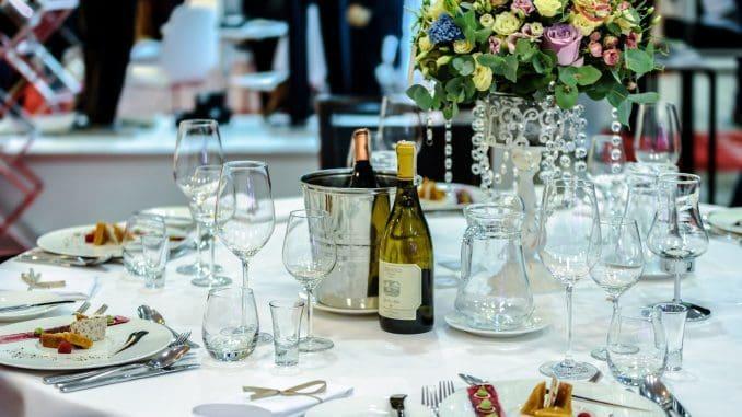 המסעדות עושות מאמץ מיוחד לערב זה בתפריט, בעיצוב, מוזיקה ואווירה חגיגית. נכון שיש לזה מחיר אבל אם הארוחה מוצלחת וטעימה זה מה שזוכרים. צילום pixabay