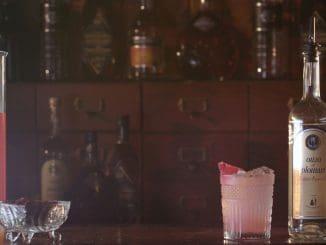 Plomari Levontine - מועכים בכוס הייבול גרם סומק, 2 קוביות סוכר ו-2 כפיות מים, מערבבים ומוסיפים את היתר. צילום אסף לוי