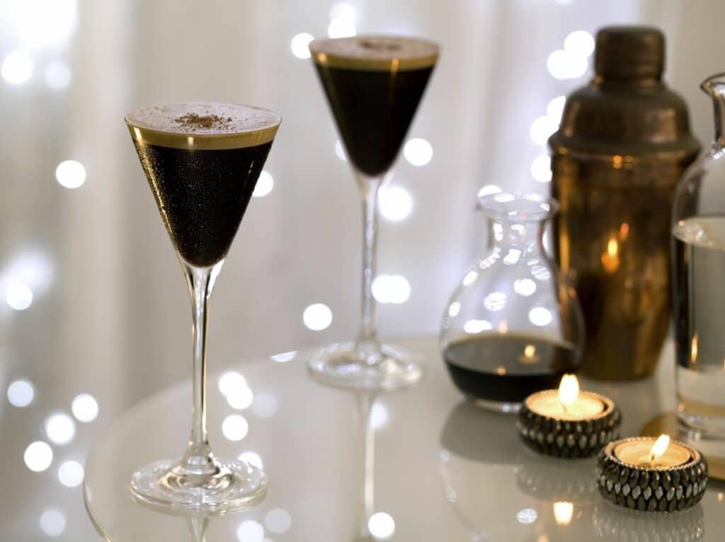 הקוקטייל של אלמא – L'espresso Martini בטעמי קפה על בסיס וודקה גרייגוס, תמצית אספרסו, ליקר קפה וקמצוץ מלח
