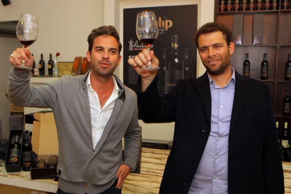 היינן דוד בר אילן (מימין) ובעל היקב ומנהלו רועי יצחקי - אנשים מצטיינים ליינות מצטיינים. צילום דוד סילברמן dpsimages