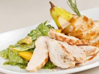כשחזה העוף קר, חותכים לפרוסות ובונים את המנה: סלט, עליו הבשר והאגס הצלוי, ומקשטים בגרעיני שומשום