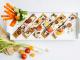 מוצע להגיש עם עלים טריים מעל – טימין או בזיליקום, לצד ירקות צבעוניים חתוכים. צילום אסף אמברם