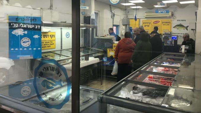 בחנויות הותקנו שלטי הכוונה ומדבקות, נתלו מוביילים והוצבו עמדות עם מתכונים של דגי בריכות ישראלים טריים. צילום קקטוס תקשורת בחנות פינת הדג בחדרה