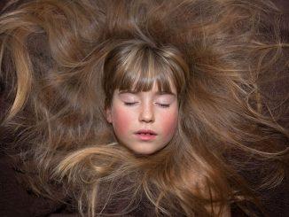 השיער זקוק לכמות מספקת של חלבון מהתזונה שלנו כדי לשגשג