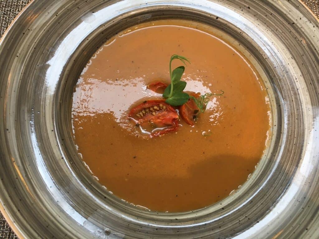 מרק חצילים ופלפלים בניחוח יין לבן עם עגבניות שרי לחות. צילום מוטי ורסס