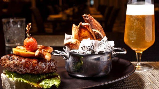 המבורגר שיכור ומעושן - בשר בקר, תפוח ביין לבן, ברוטב מעושן. צילום דני גולן