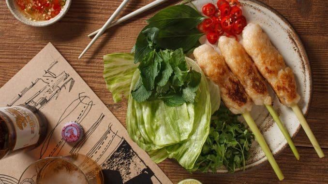 Shrimp mousse – שלושה שיפודי מוס שרימפס ודג לבן צרוב על מצע עשבי תיבול לצד רוטב נם. צילום חיים יוסף