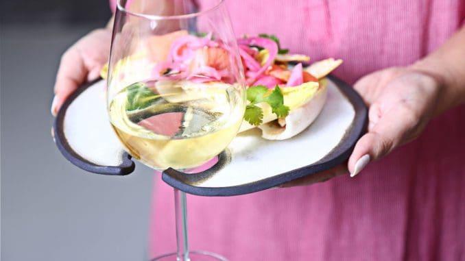להניח את מנת האוכל על הצלחת ולשלב את כוס היין במגרעת המיועדת לכך. צילום מאיר בולקה