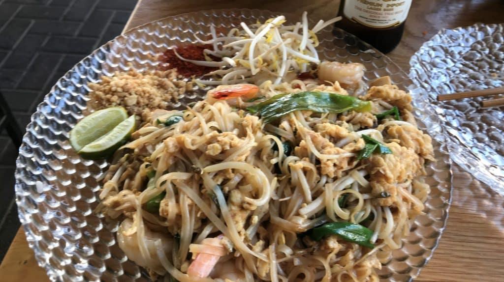 פאד תאי שרימפס – אטריות אורז עם שרימפס, טופו, ביצה, נבטים ובצל ירוק. צילום פאפא רצי