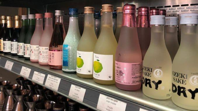 מגוון רחב של בקבוקי סאקה - המשקה האלכוהולי היפני. צילום דניאל נלי