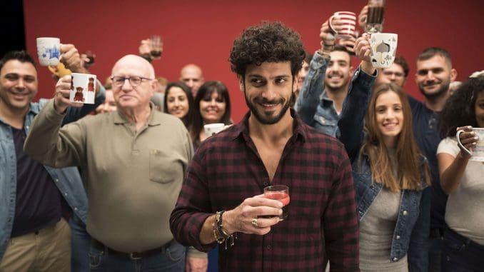 אביב אלוש מוביל את הקמפיין בסדרת סרטים עם צרכנים שהביאו לצילומים את כוסות הקפה הפרטיות שלהם. צילום גיא גלעד