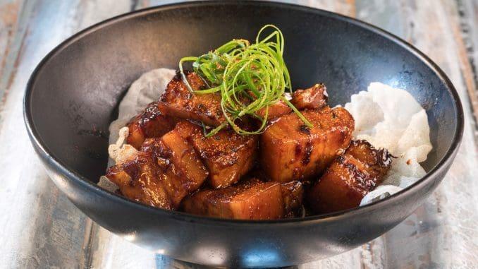פורק בלי - קוביות בטן חזיר שעברו בישול ארוך. צילום שי נייבורג