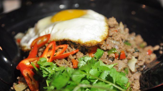 לא רק סושי: פאד קפאו - מנה עשירה ונדיבה של בשר טחון המוגש על אורז עם ביצת עין מעל, כמו שמגישים בבנגקוק. צילום איריס לוי