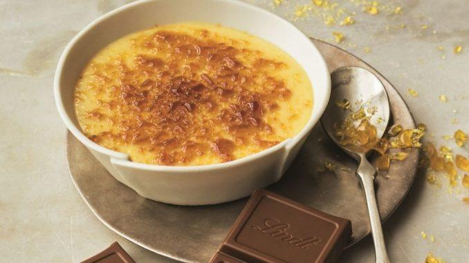 ניתן להגיש עם פירות העונה חתוכים בצד לקישוט, או קוביית שוקולד