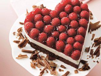 בעזרת סכין מפרידים בזהירות את העוגה מהתבנית ומוציאים לצלחת הגשה