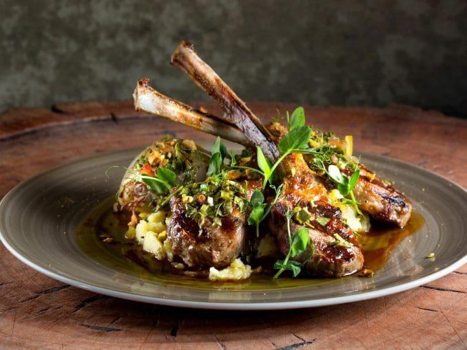 מנת צלעות הטלה מדגימה את שני המאפיינים של : MeatKitchen שלוש צלעות גדולות עם כמות יפה של בשר מצוין שעשוי נכון ותג מחיר גבוה. צילום דוד עינב