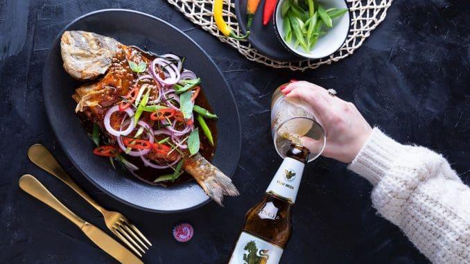 פאטונג דניס - דג שלם מטוגן עם בצל שאלוט, צ'ילי, כפיר ליים ובזיל תאילנדי ברוטב פאט פונג חריף-מתוק-חמוץ. צילום שרית גופן