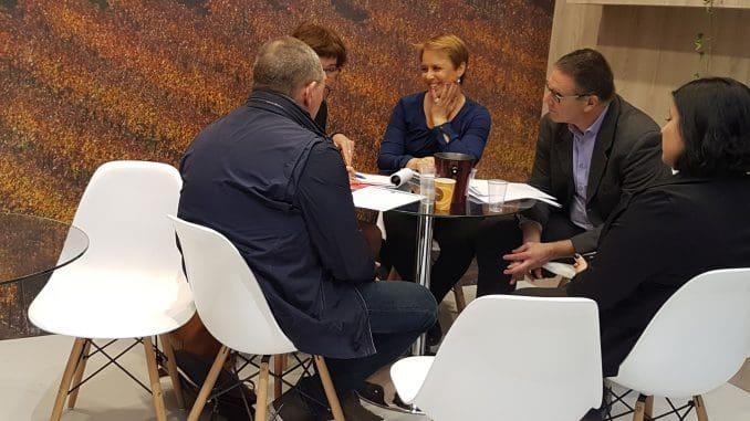 יאיר שפירא ויעל גיא מיקב רמת הגולן בפגישה עסקית בתערוכה