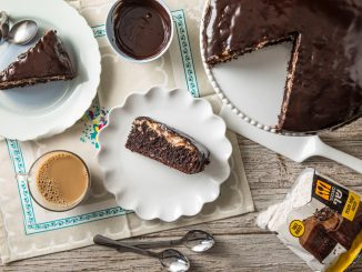 בקערה ממיסים יחד במיקרוגל שמנת מתוקה ו-200 גרם שוקולד מריר עד לקבלת גנאש מבריק אותו יוצקים על העוגה .צילום המערכת