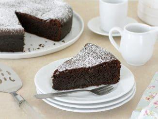 אם רוצים עוגה קצת יותר מתוקה אפשר להשתמש ב-100 גרם שוקולד מריר ו-100 גרם שוקולד חלב. צילום וסטיילינג נטלי לוין