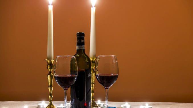 """כה כתב הרמב""""ם: """"ארבעה כוסות האלו צריך למזוג אותן כדי שתהיה שתייה עריבה, הכל לפי היין ולפי דעת השותה"""". צילום pixabay"""