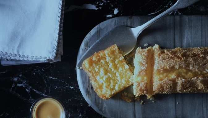 מקציפים ביצים וסוכר במיקסר במהירות גבוהה כ- 10 דקות עד קבלת קציפה בהירה ותפוחה