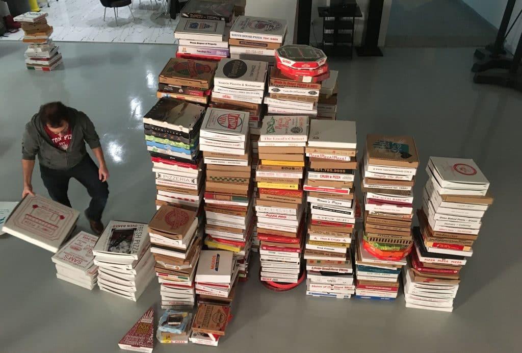 שיא גינס עם אוסף של 1,300 קופסאות פיצה מרחבי העולם