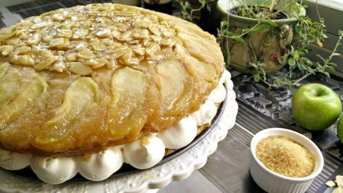 לוקחים את חצי העוגה עם התפוחים והקרמל והופכים בזהירות מעל קרם הווניל כך שהצד של התפוחים יהיה העליון