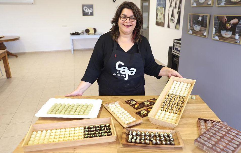 השוקולטיירית גלי לוי תארח במושב צפרירים בגלריה של אביה האמן ניסים לוי. צילום מדף הפייסבוק
