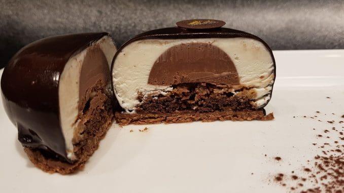 את הקראנצ' נוגט לעוגה מכינים מ-100 גרם שוקולד מריר ולרונה, 100 גרם מחית נוגט ולרונה ו- 90 גרם קורנפלקס. צילום אסף לוי