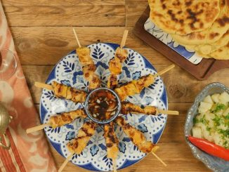 מחממים פלאנצ׳ה או גריל וצולים את השיפודים 3-5 דקות מכל צד עד שהבשר מלבין והם עשויים