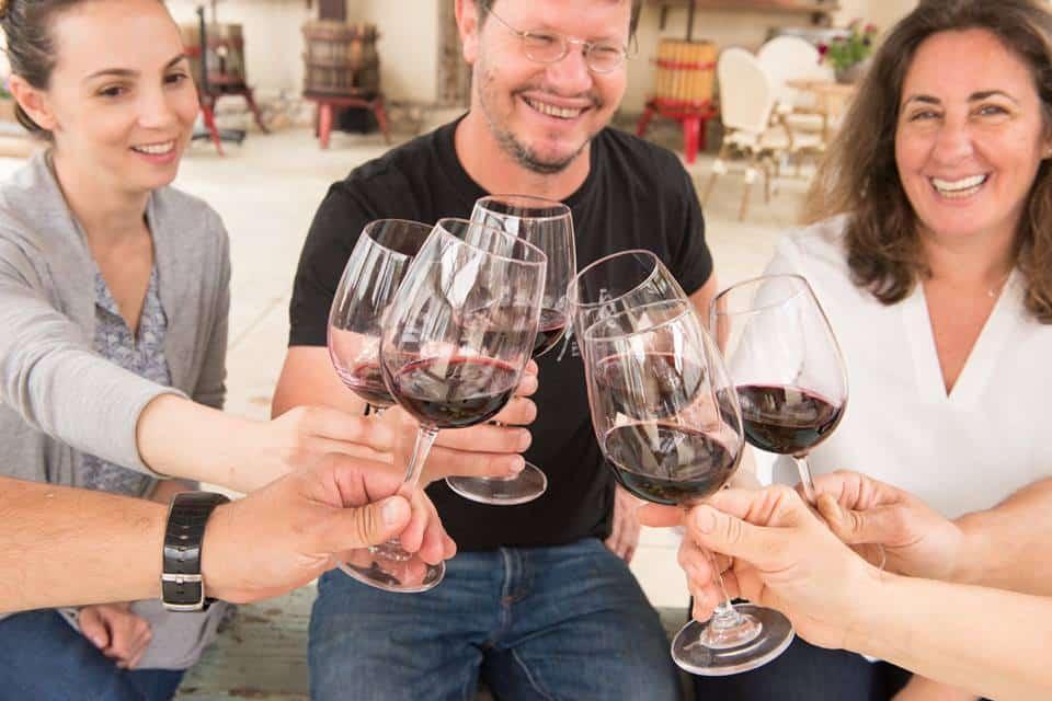 מרימים כוס יין עם היינן ניר שחם מיקב שורק שגם ישתתף בערב גורמה של מסעדת מאג'דה עם חמש מנות וחמישה יינות. צילום מדף הפייסבוק