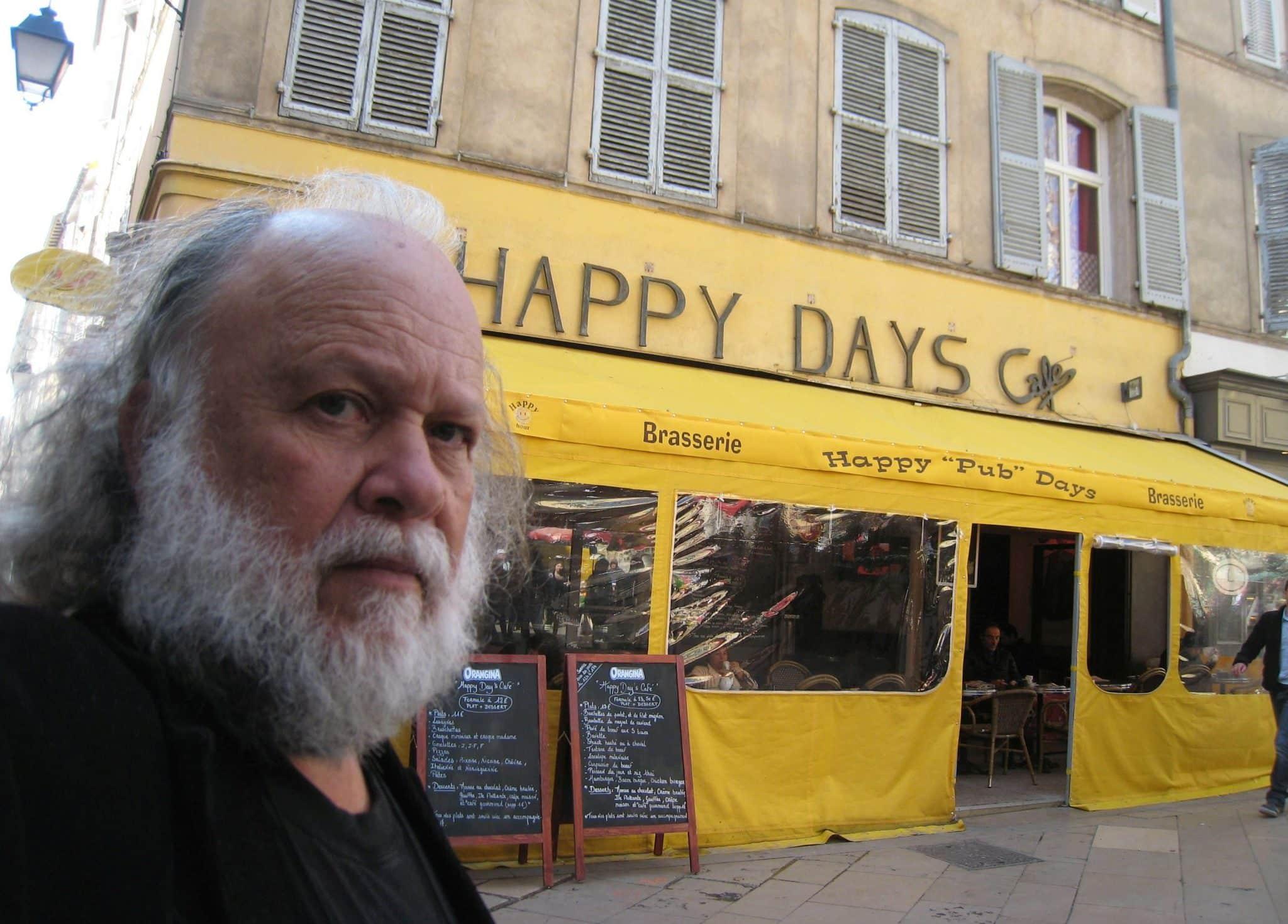 בית הקפה הפינתי בכיכר השוק הקטן שינה בעלים ושם אבל זה לא השינוי היחיד בעיר
