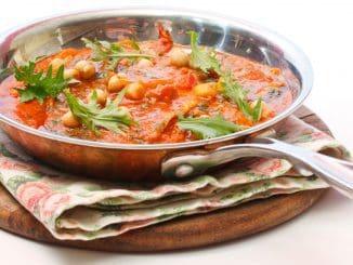 להוסיף למחבת את הדגים כשהצד של העור כלפי מטה. לכסות את הדגים ברוטב ולבשל כ-5 דקות נוספות