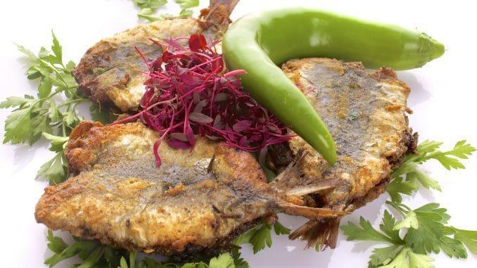 מנה של סרדינים מחותנים מתוך תפריט עשיר בדגים, פירות ים ובשרים